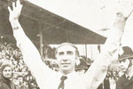 Bob Stokoe salutes the Sunderland fans at the final whistle